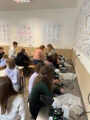 Aktywna lekcja biologii w klasie 1Cp – fotoreportaż z wykonywania preparatów i mikroskopowania